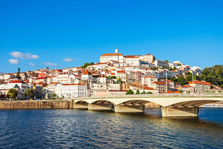 """Graças à <a href=""""https://www.uc.pt/"""" target=""""_blank"""" rel=""""noopener""""><strong>Universidade de Coimbra</strong></a>, a mais antiga de <strong>Portugal </strong>e uma das mais antigas da <strong>Europa</strong>, fundada em 1290, a cidade tem ares joviais e noite agitada. A cidade se orgulha de ter sido o berço do fado de <strong>Coimbra</strong>, uma variação do ritmo tradicional português que é próprio para apresentações em praças e ruas e tem afinação uma nota abaixo, sendo, por isso, um pouco mais soturno. Localizada no centro de Portugal, é uma cidade de ruas estreitas, pátios, escadas e arcos medievais, terra natal de seis reis portugueses e foi a primeira capital do país. Deixe-se levar por essa cidade que equilibra bem o contraste entre o velho e o novo"""