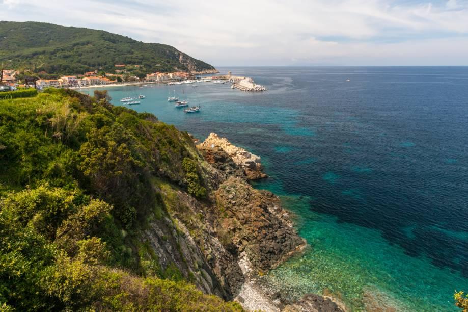 """<strong>Ilha de Elba, <a href=""""http://viajeaqui.abril.com.br/cidades/italia-toscana"""" rel=""""Toscana"""" target=""""_self"""">Toscana</a>, <a href=""""http://viajeaqui.abril.com.br/paises/italia"""" rel=""""Itália"""" target=""""_self"""">Itália</a></strong>                A região da Toscana já é um sonho, com seus roteiros de charme procurados em larga escala pelos casais. A Ilha de Elba, a maior da região e a terceira maior da Itália, já abrigou até mesmo o imperador Napoleão Bonaparte. Ou seja: o turismo é muito forte por aqui. Prepare-se para encontrar praias fantásticas, perfeitas para mergulho e passeios de barco                <em><a href=""""http://www.booking.com/region/it/elba.pt-br.html?sid=5b28d827ef00573fdd3b49a282e323ef;dcid=1?aid=332455&label=viagemabril-as-mais-belas-praias-do-mediterraneo"""" rel=""""Veja preços de hotéis na Ilha de Elba no Booking.com"""" target=""""_blank"""">Veja preços de hotéis na Ilha de Elba no Booking.com</a></em>"""
