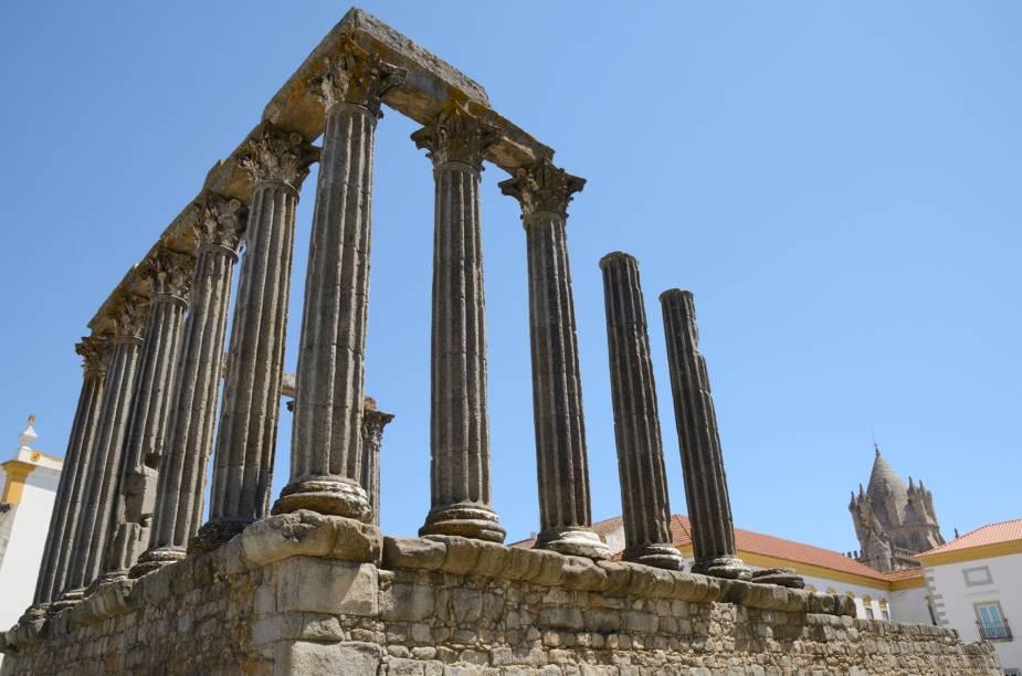 """<strong>Centro histórico de <a href=""""http://viajeaqui.abril.com.br/cidades/portugal-evora"""" rel=""""Évora """" target=""""_blank"""">Évora </a></strong>                                                A cidade-museu, que teve seu ápice no século 15, é uma das regiões medievais mais preservadas do país. Pelas ruas da cidadezinha cercada por muralhas se encontram significantes obras da arquitetura lusitana até as colunas de um antigo templo romano, massivamente fotografado. Conhecer Évora é entrar em contato com cada período histórico de Portugal"""
