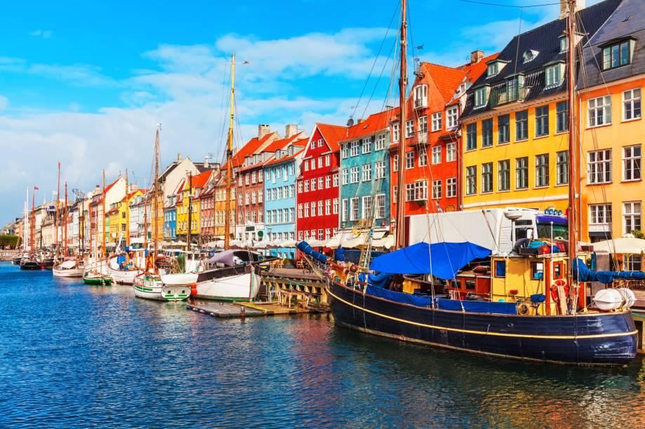 """<a href=""""http://viajeaqui.abril.com.br/cidades/dinamarca-copenhague"""" target=""""_blank"""" rel=""""noopener""""><strong>Copenhague – Dinamarca </strong></a> Um dos passeios mais turísticos da capital dinamarquesa é o canal de Nyhavn. O canal surgiu em 1673, escavado por soldados, já foi uma região de prostituição e perdição e hoje concentra bares, cafés e restaurantes muito procurados por turistas e locais.<a href=""""http://www.booking.com/city/dk/copenhagen.pt-br.html?aid=332455&label=viagemabril-venezasdomundo"""" target=""""_blank"""" rel=""""noopener""""><em>Busque hospedagens em Copenhague no booking.com</em></a>"""