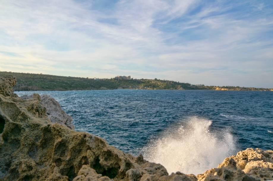 """<strong>Protaras, Famagusta, Chipre </strong>                O ambiente é tranquilo e bem familiar, perfeito para quem vai viajar com crianças. Hotéis bem estruturados marcam seu entorno, repleto de paisagens fascinantes de águas cristalinas. Por aqui, caminhadas são uma boa pedida                <em><a href=""""http://www.booking.com/city/cy/protaras.pt-br.html?sid=5b28d827ef00573fdd3b49a282e323ef;dcid=1?aid=332455&label=viagemabril-as-mais-belas-praias-do-mediterraneo"""" rel=""""Veja preços de hotéis em Protaras no Booking.com"""" target=""""_blank"""">Veja preços de hotéis em Protaras no Booking.com</a></em>"""