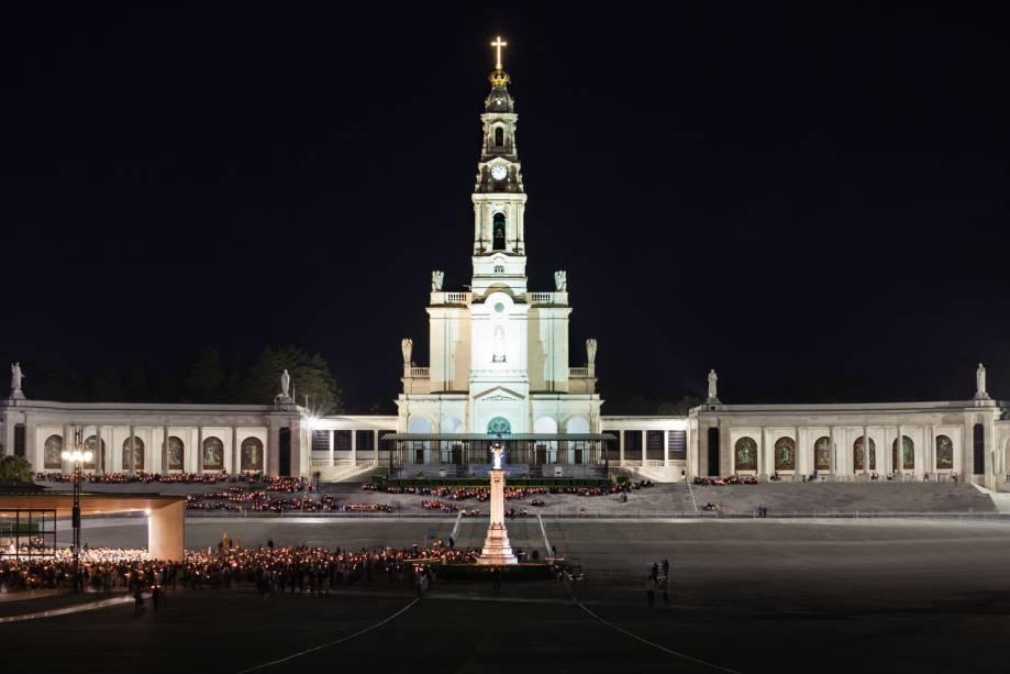 """<a href=""""http://viajeaqui.abril.com.br/cidades/portugal-fatima"""" rel=""""Fátima – Portugal"""" target=""""_blank""""><strong>Fátima – Portugal</strong></a>Por mais especial que sejam todas as visitas ao santuário católico mais importante de Portugal, a cidade celebra no dia 24 de dezembro a Vigília Natalícia, na Basílica da Santíssima Trindade. No dia 25 acontece a Solenidade do Natal do Senhor, no monumental Santuário de Fátima. Tais celebrações são eventos extraordinários aos fiéis que chegam até Fátima<a href=""""http://www.booking.com/city/pt/fatima.pt-br.html?aid=332455&label=viagemabril-natal"""" rel=""""Veja hotéis em Fátima no booking.com"""" target=""""_blank""""><em>Veja hotéis em Fátima no Booking.com</em></a>"""