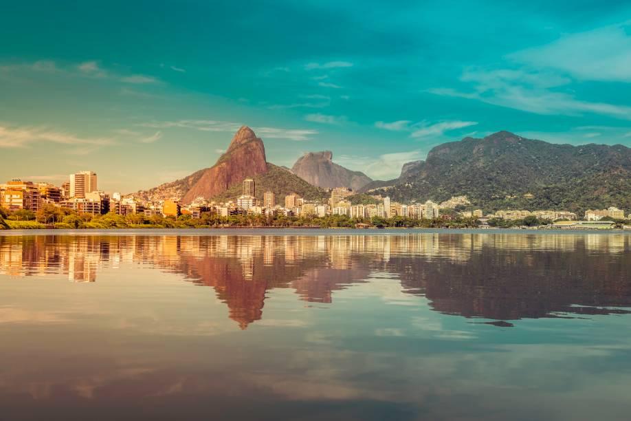 """<a href=""""http://viajeaqui.abril.com.br/cidades/br-rj-rio-de-janeiro"""" target=""""_blank"""" rel=""""noopener""""><strong>Rio de Janeiro (RJ) </strong></a> Muitas vezes apontada como uma das cidades mais lindas do mundo, a beleza do Rio vai além da sua disposição única das construções do homem em concordância com a natureza. Quem visita o Rio tem o privilégio de curtir belíssimas praias em pleno trecho urbano, a boêmia da noite carioca. Também entra no pacote de charme do destino e a cultura de quem vive na Cidade Maravilhosa <a href=""""http://www.booking.com/city/br/rio-de-janeiro.pt-br.html?aid=332455&label=viagemabril-voltapelobrasil"""" target=""""_blank"""" rel=""""noopener""""><em>Veja hotéis no Rio de Janeiro no booking.com</em></a>"""