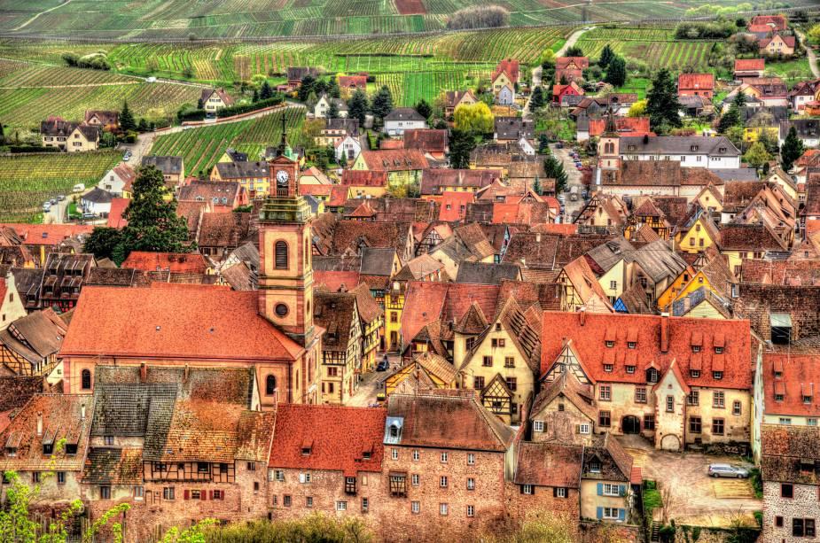 A cidadezinha medieval é tão pequena e organizada que parece cenográfica. Muralhas cercam o vilarejo, o que o transforma em um simpático museu ao ar livre