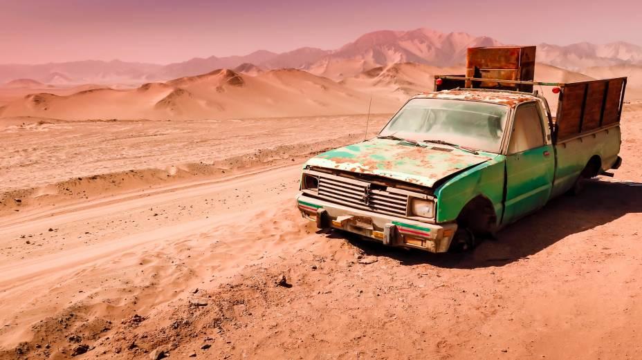 """<strong>3. <a href=""""http://viajeaqui.abril.com.br/cidades/chile-san-pedro-de-atacamac"""" rel=""""Deserto de Atacama"""" target=""""_blank"""">Deserto de Atacama</a>, <a href=""""http://viajeaqui.abril.com.br/paises/chile"""" rel=""""Chile"""" target=""""_blank"""">Chile</a></strong>                                                No Atacama, é comum ver carros e camionetes abandonados - veículos sem tração nas quatro rodas, por exemplo, atolam facilmente nos bancos de areia. Diferente do passeio por Uyuni, que leva de três a quatro dias no meio do deserto, no Atacama é possível visitar a região aos pouquinhos, baseando-se na cidadezinha de San Pedro de Atacama para dormir"""