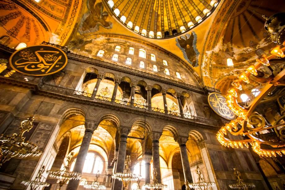 O interior da Aya Sofia exibe uma mistura de referências cristãs e muçulmanas