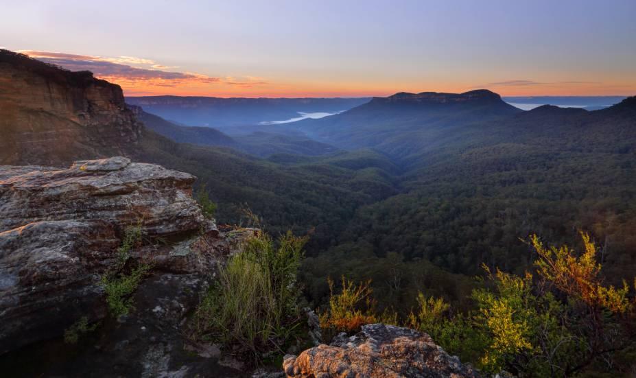 <strong>Trópicos úmidos de Queensland </strong>                                                                                    A região, no nordeste da Austrália, é destaque no país pelas suas florestas úmidas e quentes, que contrastam com os grandes desertos australianos. Daintree, a floresta tropical mais antiga do mundo, e as Blue Mountains (foto) são algumas das atrações mais conhecidas dos Trópicos Úmidos