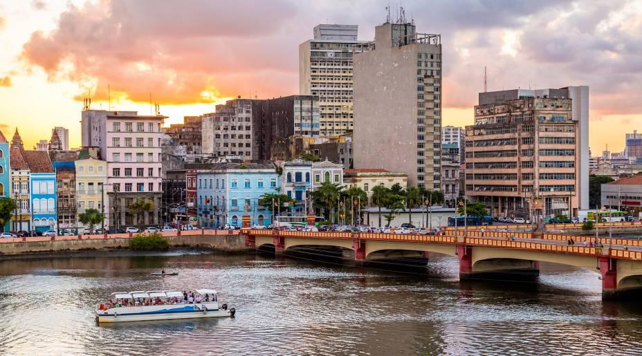 Entre os mais procurados da cidade, o passeio de catamarã permite conhecer a geografia e os prédios históricos da capital pernambucana