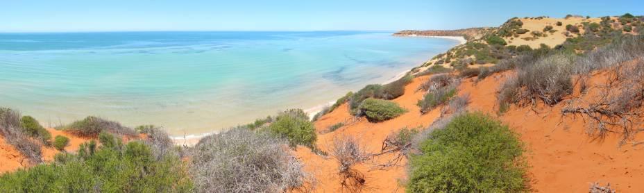 <strong>Shark Bay </strong>                                                                                    A fauna especial da Baía Shark é o que a torna um patrimônio da humanidade. Localizada no ponto mais a oeste do país, lá está o maior manto de algas marinhas do mundo e os famosos estromatólitos, uma rocha coberta por limo que é um dos sinais mais antigos de vida na terra