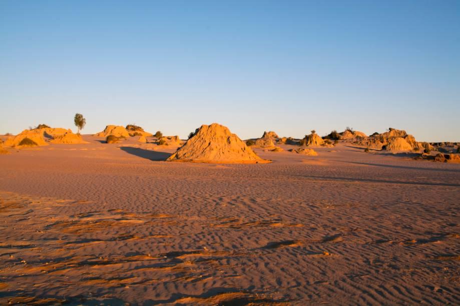 <strong>Região dos lagos de Willandra</strong>                    A região, em Nova Gales do Sul, tem uma colaboração de extrema importância no estudo da evolução humana. Evidências arqueológicas indicam a ocupação humana no local há 40 mil anos. O turismo é baseado em aventuras desérticas por dunas e planícies de areia vermelha e um contato único com a história do ser humano