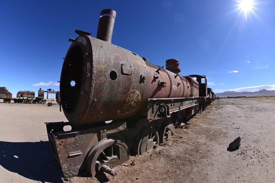 """<strong>2. <a href=""""http://viajeaqui.abril.com.br/cidades/bolivia-uyuni"""" rel=""""Salar de Uyuni"""" target=""""_blank"""">Salar de Uyuni</a>, <a href=""""http://viajeaqui.abril.com.br/paises/bolivia"""" rel=""""Bolívia"""" target=""""_blank"""">Bolívia</a></strong>                    Ao entrar no deserto de sal e lagunas pela cidadezinha de Uyuni, na Bolívia, a primeira parada é num descampado repleto de sucatas de trens antigos - alguns datam do século 18. O cemitério de trens atrai os visitantes por sua atmosfera apocalíptica, digna de Mad Max - principalmente quando se observa os maquinários em desuso, totalmente enferrujados"""