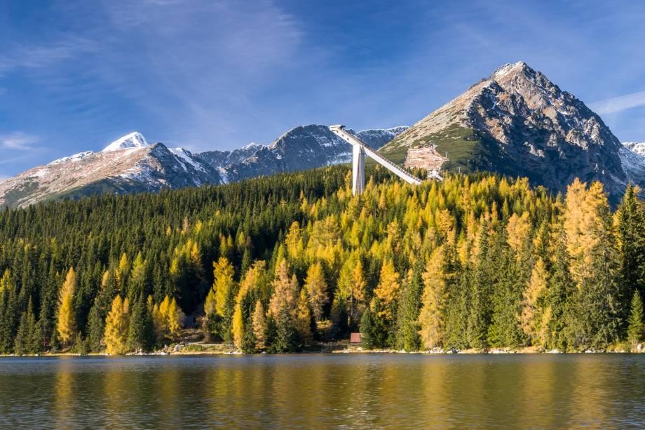 O Strbske Pleso, localizado em uma região dos Montes Tatras, inclui uma área glacial perfeita para a prática de esporte de inverno. Não à toa: ele abriga muitos hotéis e resorts em seu entorno, que caem no gosto dos turistas