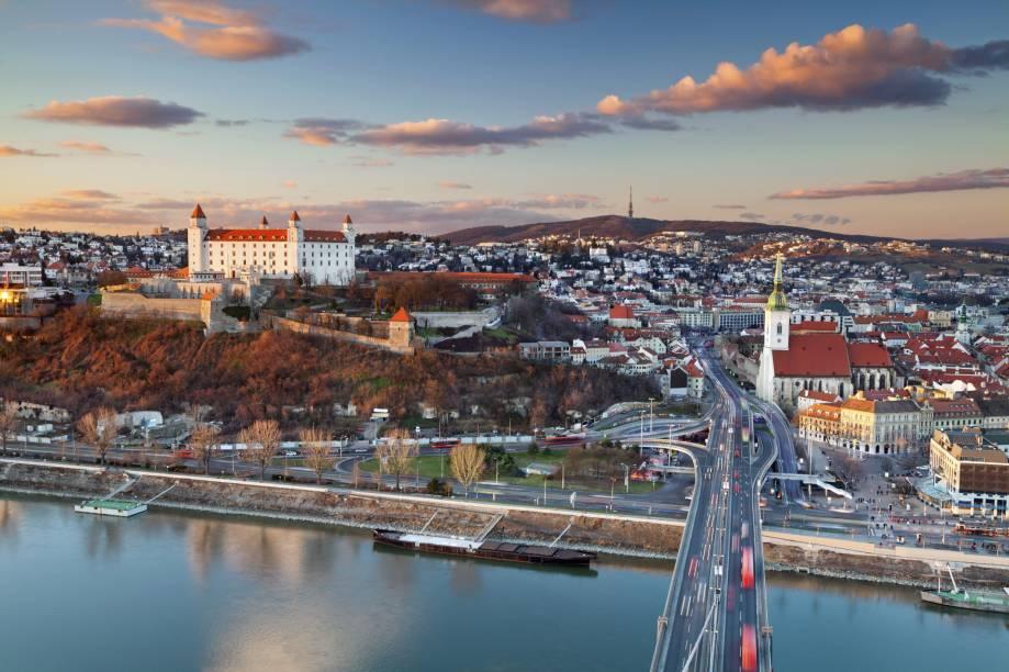 A visão da cidade de Bratislava, capital da Eslováquia, que hoje rejuvenesce pra atrair cada vez mais visitantes. No Centro, é possível encontrar boas opções de bares e restaurantes
