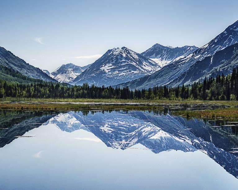 No verão, as visitas até as <strong>paisagens alasquianas</strong> ficam mais agradáveis. O motivo? As temperaturas médias durante a estação giram em torno de 20°C, enquanto no inverno elas podem ficar em -22°C