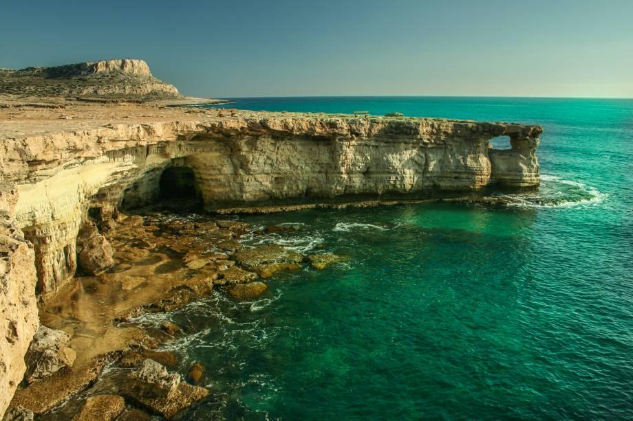 """<strong>Ayia Napa, Famagusta, Chipre</strong>                São as praias mais visitadas do país, popularmente conhecidas como a Ibiza do Chipre. Por aqui, a atmosfera jovem prevalece, com muitos barzinhos ao seu redor. Vale a pena esticar a viagem para conhecer o mosteiro da região, com arquitetura bem preservada                <em><a href=""""http://www.booking.com/city/cy/ayia-napa.pt-br.html?sid=5b28d827ef00573fdd3b49a282e323ef;dcid=1?aid=332455&label=viagemabril-as-mais-belas-praias-do-mediterraneo"""" rel=""""Veja preços de hotéis em Ayia Napa no Booking.com"""" target=""""_blank"""">Veja preços de hotéis em Ayia Napa no Booking.com</a></em>"""