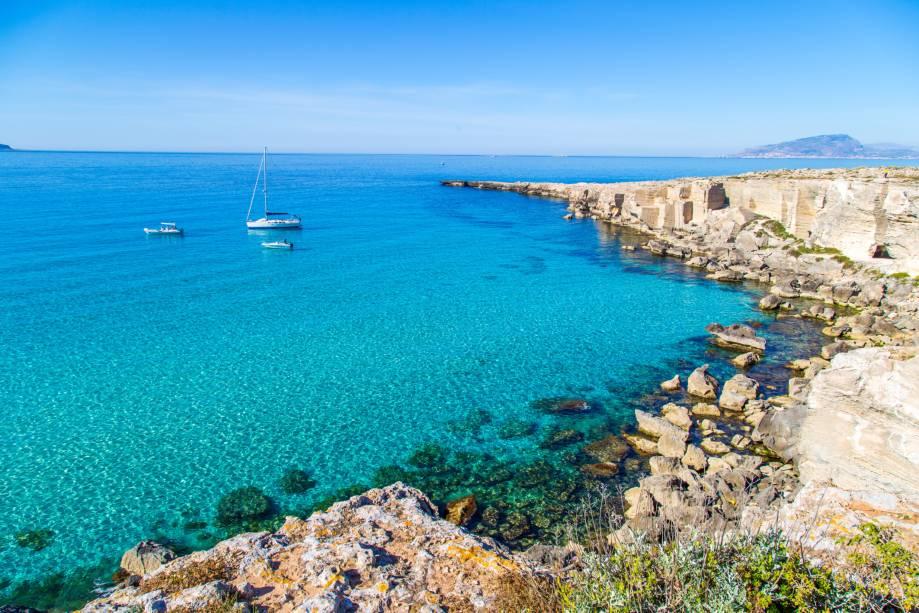 """<strong>Cala Rossa, Favignana, Sicília, <a href=""""http://viajeaqui.abril.com.br/paises/italia"""" rel=""""Itália"""" target=""""_self"""">Itália</a></strong>    Ideal pra quem ama mergulho, a praia é rodeada por pedreiras de calcário, onde os visitantes costumam estender a canga para tomar um bronzeado. É importante ressaltar, no entanto, que há trechos com longas descidas – que podem não ser adequadas para famílias com crianças. Para casais em lua de mel, no entanto, o lugar é um verdadeiro sonho    <em><a href=""""http://www.booking.com/region/it/favignana.pt-br.html?sid=5b28d827ef00573fdd3b49a282e323ef;dcid=1?aid=332455&label=viagemabril-as-mais-belas-praias-do-mediterraneo"""" rel=""""Veja preços de hotéis em Favignana no Booking.com"""" target=""""_blank"""">Veja preços de hotéis em Favignana no Booking.com</a></em>"""