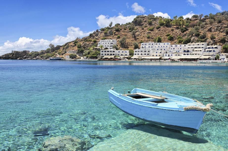 """<strong>Loutró, <a href=""""http://viajeaqui.abril.com.br/cidades/grecia-creta"""" rel=""""Creta"""" target=""""_self"""">Creta</a>, <a href=""""http://viajeaqui.abril.com.br/paises/grecia"""" rel=""""Grécia"""" target=""""_self"""">Grécia</a></strong>                Mais um belo lugar se destaca na Ilha de Creta, a segunda maior e mais populosa do país. Por aqui, há diversos balneários que impressionam pela beleza. Redes de hotéis impulsionam os visitantes que procuram uma viagem mais tranquila, longe do agito de ilhas mais acessadas e conhecidas                <em><a href=""""http://www.booking.com/region/gr/crete.pt-br.html?sid=5b28d827ef00573fdd3b49a282e323ef;dcid=1?aid=332455&label=viagemabril-as-mais-belas-praias-do-mediterraneo"""" rel=""""Veja preços de hotéis próximos a Loutró no Booking.com"""" target=""""_blank"""">Veja preços de hotéis próximos a Loutró no Booking.com</a></em>"""