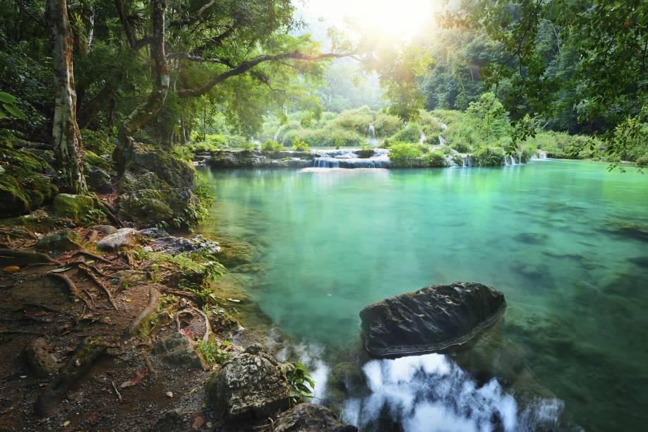 """Por do sol na exuberante reserva natural de Semuc Champey, no centro da <a href=""""http://viajeaqui.abril.com.br/paises/guatemala"""" rel=""""Guatemala"""">Guatemala</a>; para chegar lá e admirar as piscinas naturais do lugar, você pode comprar um passeio em um veículo 4x4"""