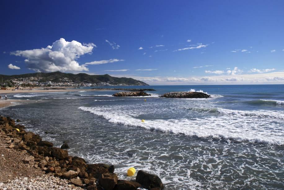 """<strong>Sitges, Catalunha, <a href=""""http://viajeaqui.abril.com.br/paises/espanha"""" rel=""""Espanha"""" target=""""_self"""">Espanha</a></strong>                    Há quem diga que os cenários de Sitges tem um quê de <a href=""""http://viajeaqui.abril.com.br/cidades/br-rj-buzios"""" rel=""""Búzios"""" target=""""_self"""">Búzios</a>, graças à combinação de praias com uma boa infraestrutura de lojas e restaurantes. Seus trechos litorâneos são limpos e super seguros – e muitos deles são conhecidos por serem <em>gay friendly</em>. Durante o Carnaval, há festas badaladas regadas a música eletrônica, que tornam a cidade bem frequentada                    <em><a href=""""http://www.booking.com/city/es/sitges.pt-br.html?sid=5b28d827ef00573fdd3b49a282e323ef;dcid=1?aid=332455&label=viagemabril-as-mais-belas-praias-do-mediterraneo"""" rel=""""Veja preços de hotéis em Sitges no Booking.com"""" target=""""_blank"""">Veja preços de hotéis em Sitges no Booking.com</a></em>"""