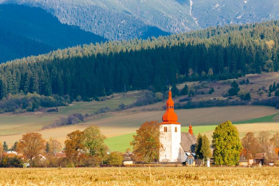 A igreja fortificada de Liptovske Matiasovce, localizada na pequena e pouco habitada vila homônima, ao norte do país