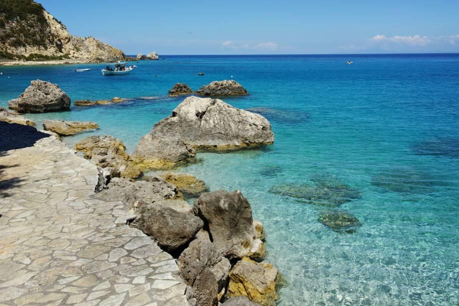 """<strong>Lekvas (Leucádia), Nikitas Beach, <a href=""""http://viajeaqui.abril.com.br/paises/grecia"""" rel=""""Grécia"""" target=""""_self"""">Grécia</a></strong>                Reza a lenda que a região é totalmente dedicada às mulheres, já que foi aqui que Afrodite, a deusa da beleza, nasceu. Pertencente ao trecho das Ilhas Jônicas, esse belo lugar abriga passeios deliciosos, como o de barco à borda da Odisseia, réplica colorida de um navio de guerra grego. As águas azuis de suas praias atraem casais em lua de mel                <em><a href=""""http://www.booking.com/region/gr/lefkada.pt-br.html?sid=5b28d827ef00573fdd3b49a282e323ef;dcid=1?aid=332455&label=viagemabril-as-mais-belas-praias-do-mediterraneo"""" rel=""""Veja preços de hotéis na Ilha Lefkada no Booking.com"""" target=""""_blank"""">Veja preços de hotéis na Ilha Lefkada no Booking.com</a></em>"""