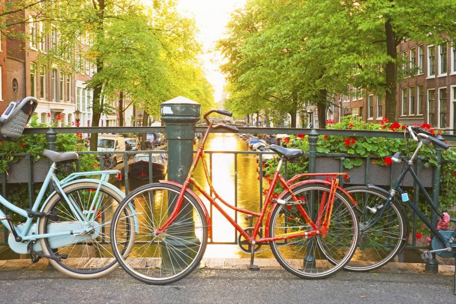 """<a href=""""http://viajeaqui.abril.com.br/cidades/holanda-amsterda"""" target=""""_blank"""" rel=""""noopener""""><strong>Amsterdã – Holanda</strong></a> Justamente pela sua localização os países baixos têm mais de um destino que podem lembrar Veneza. Amsterdã, no caso, é o destino mais procurado da Holanda. Dentre as muitas opções de passeio estão os tours pelos canais (cerca de 100 km), que diferente de alguns lugares, não cheiram mal e são bem tratados.<a href=""""http://www.booking.com/city/nl/amsterdam.pt-br.html?aid=332455&label=viagemabril-venezasdomundo"""" target=""""_blank"""" rel=""""noopener""""><em>Busque hospedagens em Amsterdã no booking.com</em></a>"""