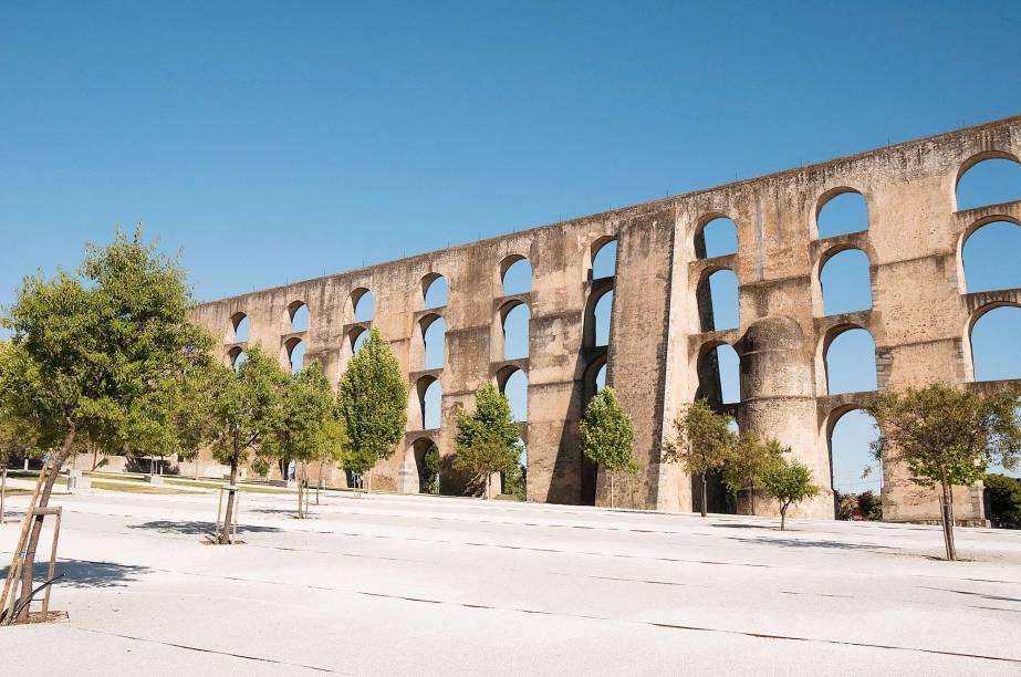 <strong>Elvas e as suas Fortificações </strong> As fortificações e muralhas que rodeiam a cidadezinha dão uma aula de estratégia militar lusitana desde o tempo dos mouros. Isso porque Elvas está a 15km da cidade de Badajoz, na Espanha. O que faz de Elvas a mais importante praça-forte da fronteira portuguesa até o momento