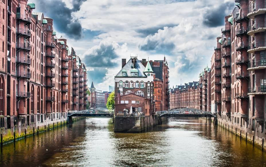 """<a href=""""http://viajeaqui.abril.com.br/cidades/alemanha-hamburgo"""" target=""""_blank"""" rel=""""noopener""""><strong>Hamburgo – Alemanha </strong></a> Veneza Germânica é o apelido carinhoso para a cidade que tem mais de 2400 pontes cortando os canais do Rio Elba. Não faltam atrações para se divertir, Hamburgo é a capital comercial dos alemães e tem uma noite agitada.<a href=""""http://www.booking.com/city/de/hamburg.pt-br.html?aid=332455&label=viagemabril-venezasdomundo"""" target=""""_blank"""" rel=""""noopener""""><em>Busque hospedagens em Hamburgo no booking.com</em></a>"""