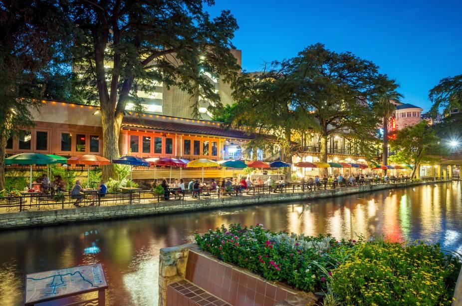 """<strong>San Antonio – EUA </strong> A principal atração da segunda maior cidade do Texas é o passeio pelo calçadão ao longo das margens rio San Antonio, que fica a um nível abaixo da rua. O trajeto também pode ser feito de barco, por todo o caminho, que tem 6,5 km, você encontra bons restaurantes e bares (vários mexicanos.) <a href=""""http://www.booking.com/city/us/san-antonio.pt-br.html?aid=332455&label=viagemabril-venezasdomundo"""" target=""""_blank"""" rel=""""noopener""""><em>Busque hospedagens em San Antonio no booking.com</em></a>"""