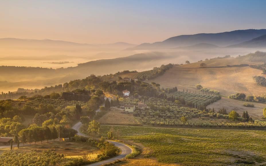 <strong>1. Estradas da Toscana, Itália</strong>Perca-se entre as estradas e montes entre San Gimignano e Florença,Montepulciano e Siena. Vinhedos, ciprestes e encantadoras vilas farão parte de uma paisagem banhada de sol.