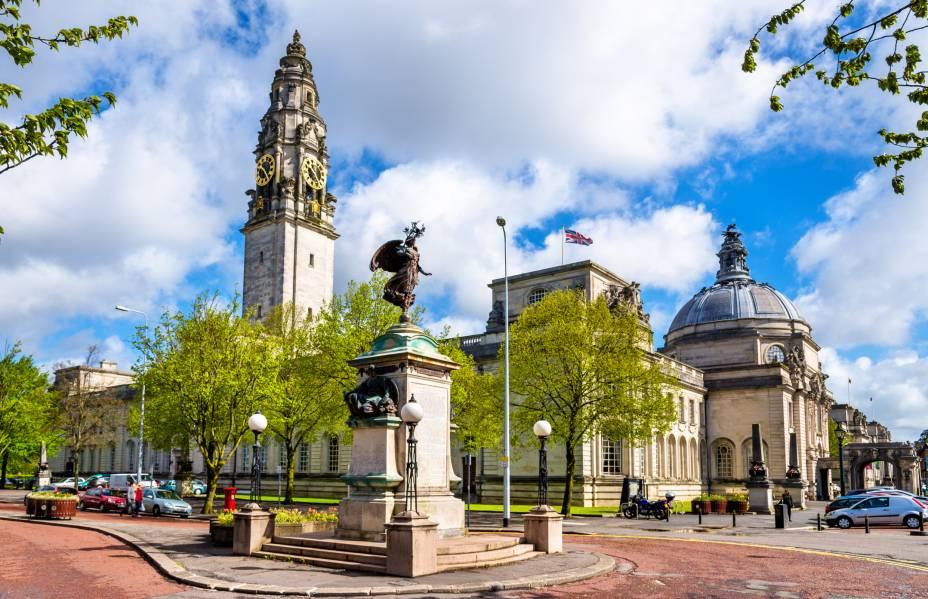Erguido em 1906, o Cardiff City Hall é uma bela construção em estilo renascentista que guarda obras de arte em seu interior, como quadros e esculturas. Eventos diversos podem ser realizados por aqui, como casamentos