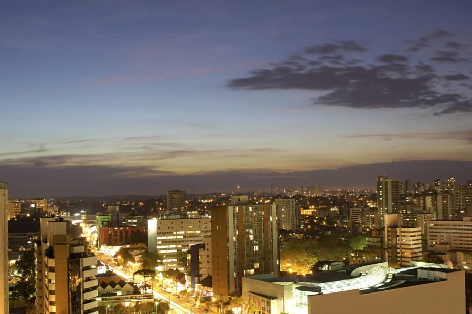 """Apesar das muitas praças e parques, os prédios de<strong> <a href=""""http://viajeaqui.abril.com.br/cidades/br-pr-curitiba"""" rel=""""Curitiba (PR)"""" target=""""_blank"""">Curitiba (PR)</a></strong> também se destacam. A cidade está em <strong>52º lugar</strong> no ranking<a href=""""http://www.booking.com/city/br/curitiba.pt-br.html?aid=332455&label=viagemabril-skylines"""" rel=""""Veja hotéis em Recife no booking.com"""" target=""""_blank""""><em>Veja hotéis em Recife no booking.com</em></a>"""