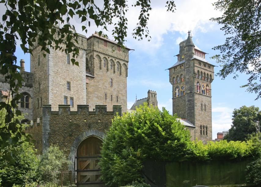 O Castelo de Cardiff é uma construção histórica medieval datada da Era Vitoriana, no século 11. Considerado um dos principais pontos turísticos da cidade, ele é cercado pelo lindo Bute Park e já abrigou shows e concertos