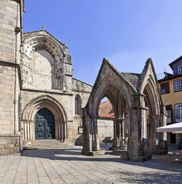 """<a href=""""http://viajeaqui.abril.com.br/cidades/portugal-guimaraes"""" target=""""_blank"""" rel=""""noopener""""><strong>Centro Histórico de Guimarães </strong></a> O passado medieval da cidade onde nasceu o primeiro rei de Portugal independente é responsável pelo sucesso do destino, que ostenta um centro repleto de tesouros históricos, museus, instituições culturais, cafés e o castelo, berço do primeiro rei"""