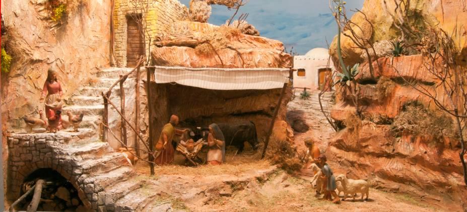 """<a href=""""http://viajeaqui.abril.com.br/cidades/israel-belem"""" rel=""""Belém - Cisjordânia"""" target=""""_blank""""><strong>Belém – Cisjordânia</strong></a>    Esqueçamos por um momento dos confrontos territoriais entre Israel e Palestina e lembremos que a vila onde Jesus nasceu é justamente mais agraciada na véspera do Natal. A Igreja da Natividade, uma das mais antigas do mundo e considerada o local oficial de nascimento do menino Jesus, é o símbolo máximo de Belém como Terra Santa. Presépios de madeira em tamanho real com manjedouras são elementos que não faltam em Belém. O destino está na rota dos peregrinos, que costumam também passar por <a href=""""http://viajeaqui.abril.com.br/cidades/israel-jerusalem"""" rel=""""Jerusalém"""" target=""""_blank"""">Jerusalém</a> e <a href=""""http://viajeaqui.abril.com.br/cidades/israel-nazare"""" rel="""" Nazaré"""" target=""""_blank"""">Nazaré</a>.    <a href=""""http://www.booking.com/city/il/jerusalem.pt-br.html?aid=332455&label=viagemabril-natal"""" rel=""""Veja hotéis em Jerusalém no booking.com"""" target=""""_blank""""><em>Veja hotéis em Jerusalém no Booking.com</em></a>"""