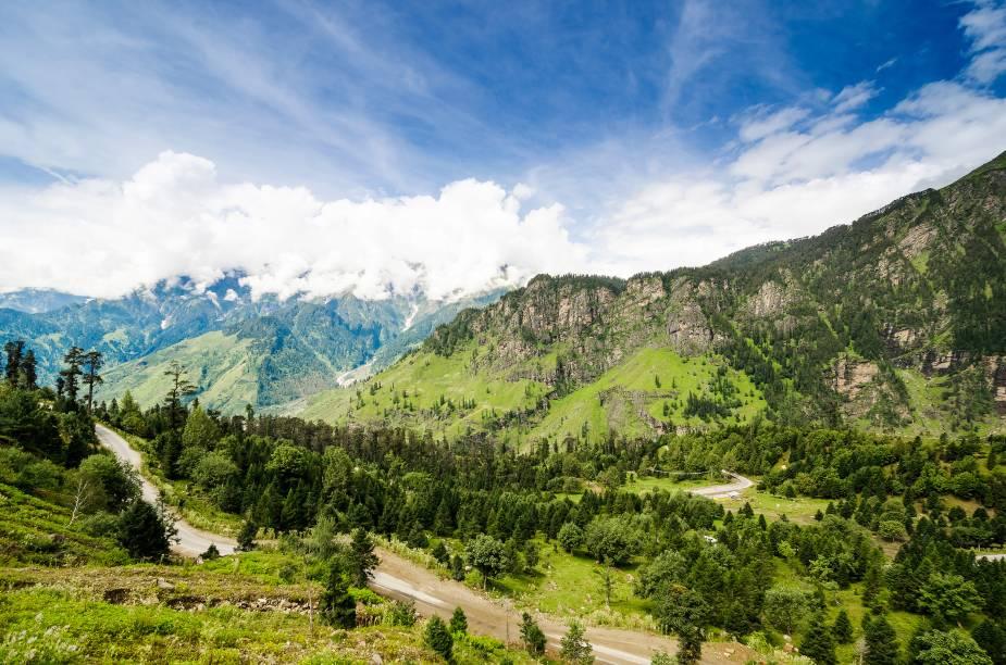 <strong>2. Manali</strong>                Uma cidadezinha no alto do Himalaia que surpreende quem acha que ana Índia só tem deserto e temperaturas elevadas. O lugar é cercado por montanhas nevadas e paisagens estonteantes