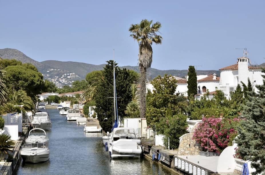 """<strong>Empuriabrava – <a href=""""http://viajeaqui.abril.com.br/paises/espanha"""" target=""""_blank"""" rel=""""noopener"""">Espanha </a></strong> Ampuriabrava (em espanhol) fica na Costa Brava de Girona e foi originalmente construída sobre um pântano. O destino é hoje a maior marina residencial do mundo, com mais de 40 km de canais navegáveis que levam ao mar.<a href=""""http://www.booking.com/city/es/empuriabrava.pt-br.html??aid=332455&label=viagemabril-venezasdomundo"""" target=""""_blank"""" rel=""""noopener""""><em>Busque hospedagens em Empuriabrava</em></a>"""