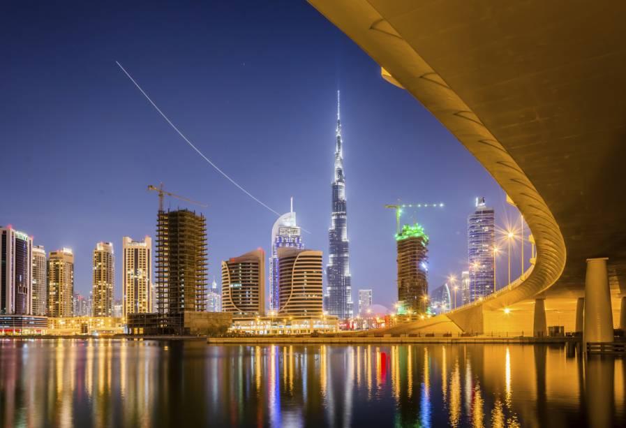 """<strong>6º Lugar: <a href=""""http://viajeaqui.abril.com.br/cidades/emirados-arabes-unidos-dubai"""" rel=""""Dubai, Emirados Árabes"""" target=""""_blank"""">Dubai, Emirados Árabes</a></strong>O clima desértico não impede que os prédios de Dubai brilhem sem a luz do sol<a href=""""http://www.booking.com/city/ae/dubai.pt-br.html?aid=332455&label=viagemabril-skylines"""" rel=""""Veja hotéis em Dubai no booking.com"""" target=""""_blank""""><em>Veja hotéis em Dubai no booking.com</em></a>"""