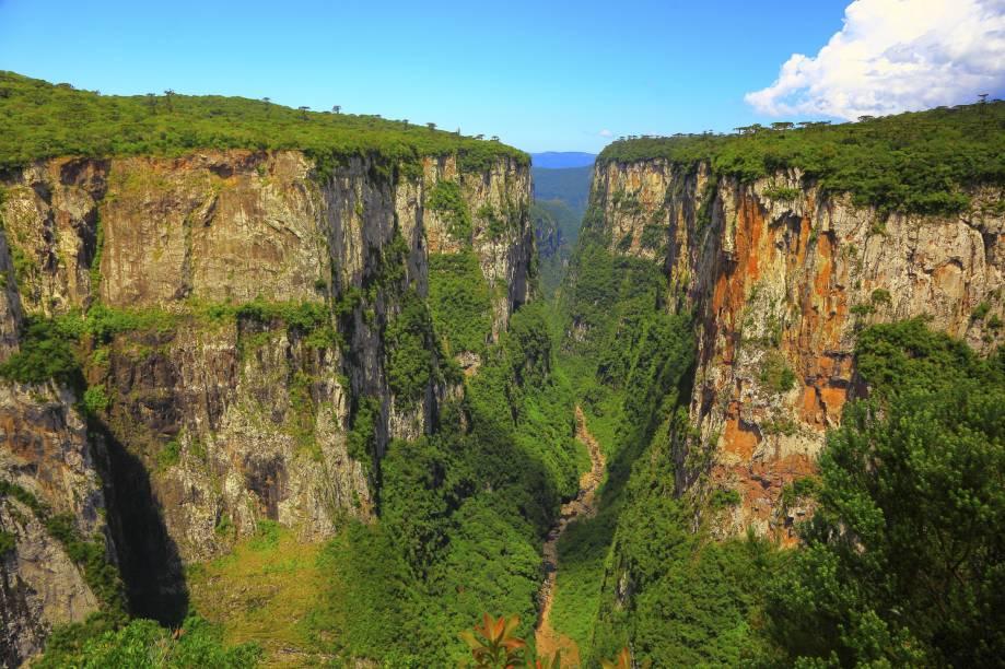 """<strong><a href=""""http://viajeaqui.abril.com.br/estabelecimentos/br-rs-cambara-do-sul-atracao-canion-do-itaimbezinho"""" rel=""""Cânion do Itaimbezinho"""" target=""""_blank"""">Cânion do Itaimbezinho</a> - <a href=""""http://viajeaqui.abril.com.br/cidades/br-rs-cambara-do-sul"""" rel=""""Cambará do Sul (RS) """" target=""""_blank"""">Cambará do Sul (RS) </a></strong>                Com os seus paredões verticais, o <a href=""""http://viajeaqui.abril.com.br/estabelecimentos/br-rs-cambara-do-sul-atracao-parque-nacional-de-aparados-da-serra"""" rel="""" Parque Nacional de Aparados da Serra"""" target=""""_blank"""">Parque Nacional de Aparados da Serra</a> enche os olhos de qualquer visitante. O mais bonito deles é o Cânion do Itaimbezinho, acessível por trilhas estruturadas e bem sinalizadas                <a href=""""http://www.booking.com/city/br/cambara-br.pt-br.html?aid=332455&label=viagemabril-voltapelobrasil"""" rel=""""Veja hotéis em Cambará do Sul no booking.com"""" target=""""_blank""""><em>Veja hotéis em Cambará do Sul no booking.com</em></a>"""