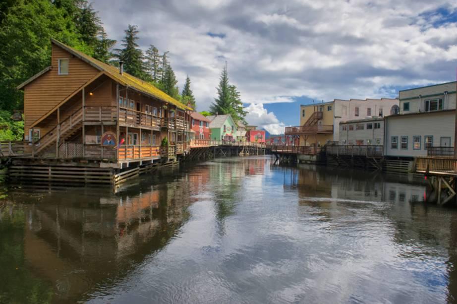 """Com casinhas flutuantes bem estruturadas, erguidas sobre palafitas, a <strong>Creek Street</strong>, na cidade de <strong>Ketchikan</strong>, é uma das queridinhas dos turistas. Antigamente, a região era marcada pela prostituição. Hoje, é possível passear de barco pelo rio, conhecido por abrigar os famosos salmões<em><a href=""""http://www.booking.com/city/us/ketchikan.pt-br.html?sid=5b28d827ef00573fdd3b49a282e323ef;dcid=1?aid=332455&label=viagemabril-paisagens-do-alasca"""" rel=""""Veja preços de hotéis em Ketchikan no Booking.com"""" target=""""_blank"""">Veja preços de hotéis em Ketchikan no Booking.com</a></em>"""