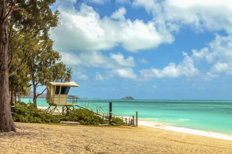 <strong>1. Waimanalo Bay Beach Park, Oahu, Havaí</strong>    Por estar localizada no interior, nem todos os turistas que passam pelo Havaí chegam até esse paraíso ecológico que é Waimanalo Beach, a maior de Oahu. Sua areia branca e fininha proporciona caminhadas agradáveis e o vento é constante