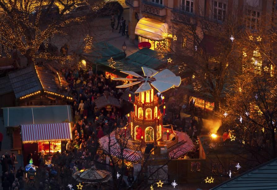 """<strong>6. <a href=""""http://viajeaqui.abril.com.br/cidades/alemanha-munique"""" rel=""""Munique"""">Munique</a></strong>A história do Mercado de Natal de <a href=""""http://viajeaqui.abril.com.br/cidades/alemanha-munique """" rel="""" Munique"""" target=""""_blank"""">Munique</a> remonta ao século 14. Nos registros da cidade há uma primeira menção ao Nicholas Market, vizinho à igreja Frauenkirche (de Nossa Senhora), em 1642. Hoje se realiza no coração da cidade, na Marienplatz (Praça Mariana), a mais importante de Munique, e em outros 20 locais. Na foto, a vista aérea do carrossel de madeira no Mercado de Natal da cidade<a href=""""http://www.booking.com/city/de/munich.pt-br.html?aid=332455&label=viagemabril-natalalemanha"""" rel=""""Veja hotéis em Munique no booking.com"""" target=""""_blank""""><em>Veja hotéis em Munique no Booking.com</em></a>"""