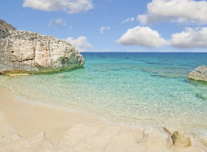 """<strong>Cala Mariolu, Baunei, Sardenha, <a href=""""http://viajeaqui.abril.com.br/paises/italia"""" rel=""""Itália"""" target=""""_self"""">Itália</a> </strong>                A comuna italiana de Baunei é, por si só, um charme, com pequenas casas em meio a rochas de calcário compondo seu cenário. O azul intenso de suas águas ganha força nessa praia, que só pode ser acessada através de um barco. Alguns visitantes alugam lanchas para passear pelo local, o que pode ser uma boa alternativa pra quem deseja ficar o dia todo por ali                <em><a href=""""http://www.booking.com/city/it/baunei.pt-br.html?sid=5b28d827ef00573fdd3b49a282e323ef;dcid=1?aid=332455&label=viagemabril-as-mais-belas-praias-do-mediterraneo"""" rel=""""Veja preços de hotéis em Baunei no Booking.com"""" target=""""_blank"""">Veja preços de hotéis em Baunei no Booking.com</a></em>"""
