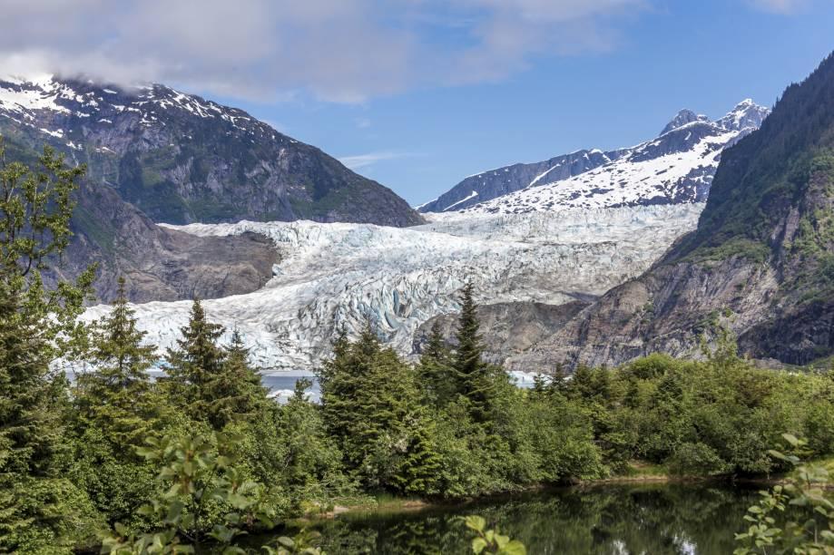 """A <strong>Mendenhall Glacier</strong> possui aproximadamente 20 km de comprimento dentro de <strong>Juneau</strong>. A geleira é uma das mais famosas do Alasca e encanta os turistas. Dentro de sua área, há uma colina com um observatório, que abriga lojinhas    <em><a href=""""http://www.booking.com/city/us/juneau.pt-br.html?sid=5b28d827ef00573fdd3b49a282e323ef;dcid=1?aid=332455&label=viagemabril-paisagens-do-alasca"""" rel=""""Veja preços de hotéis em Juneau no Booking.com"""" target=""""_blank"""">Veja preços de hotéis em Juneau no Booking.com</a></em>"""