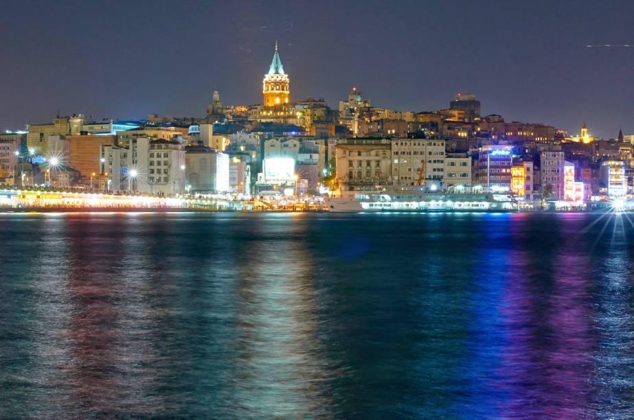 """<strong><a href=""""http://viajeaqui.abril.com.br/cidades/turquia-istambul"""" rel=""""Istambul"""" target=""""_blank"""">Istambul</a> — CINCO NOITES COM TOUR DE BARCO</strong>    São 5 noites no econômico <a href=""""http://www.hotelvicenzaistanbul.com/"""" rel=""""Hotel Vincenza"""" target=""""_blank"""">Hotel Vincenza</a>, com traslados, city tour e passeio de barco pelo Bósforo. Inclui dois almoços.    <strong>Quando:</strong> até 15/3    <strong>Quem leva:</strong> <a href=""""http://www.evoluirturismo.com.br/"""" rel=""""Evoluir"""" target=""""_blank"""">Evoluir</a>    <strong>Quanto:</strong> US$ 1550"""