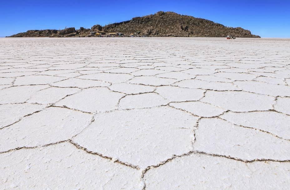 """<strong>2. <a href=""""http://viajeaqui.abril.com.br/cidades/bolivia-uyuni"""" rel=""""Salar de Uyuni"""" target=""""_blank"""">Salar de Uyuni</a>, <a href=""""http://viajeaqui.abril.com.br/paises/bolivia"""" rel=""""Bolívia"""" target=""""_blank"""">Bolívia</a></strong>                O deserto de sal boliviano já foi repleto de água há mais de 20 mil de anos - assim como algumas regiões exploradas no roteiro de """"Mad Max: Estrada da Fúria"""". Hoje, o que sobrou foi um gigantesco altiplano coberto por uma grossa camada de sal. Na Isla del Pescado, no fundo da foto, vivem cactos de milhares de anos que """"uivam"""" quando o vento passa por entre os espinhos"""