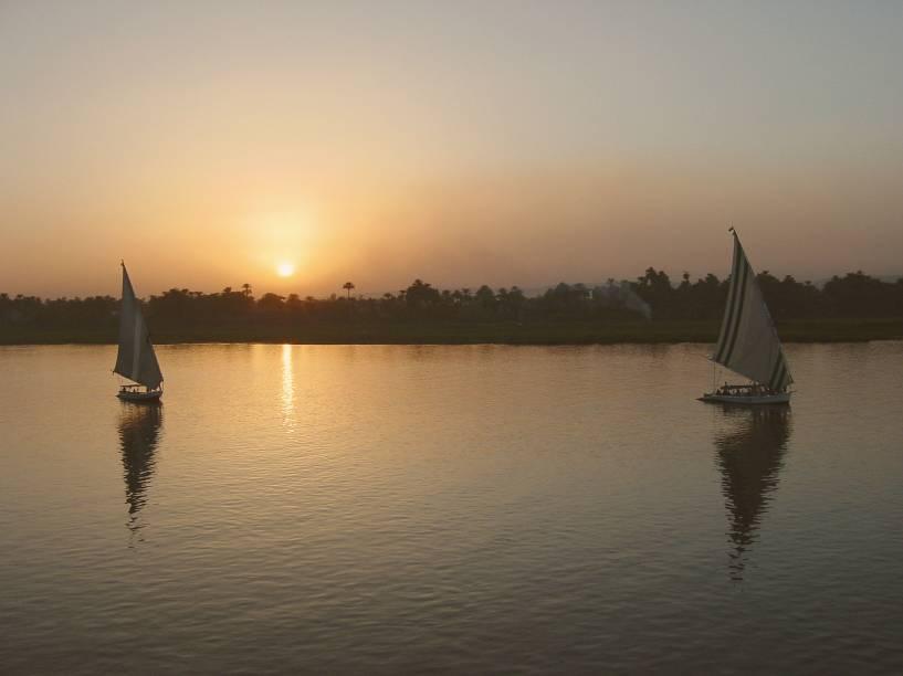 Um dos passeios mais tradicionais no emblemático rio Nilo é o de felucca: os barcos a vela navegam tranquilamente pelos sítios arqueológicos, principalmente nos arredores de Aswan