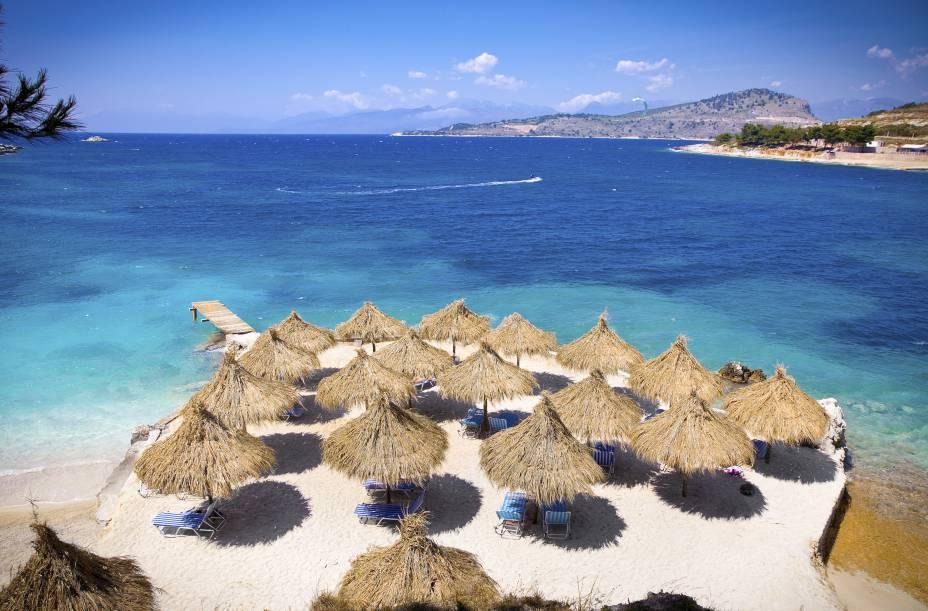 """<strong>Ksamil, Sarandë, Albânia</strong>    Apesar de pequena, a praia é uma das mais visitadas por turistas no país, que se encantam por suas águas calmas. Pela região, há muitos bons restaurantes, que servem pratos com preços mais em conta    <em><a href=""""http://www.booking.com/city/al/sarande.pt-br.html?sid=5b28d827ef00573fdd3b49a282e323ef;dcid=4aid=332455&label=viagemabril-as-mais-belas-praias-do-mediterraneo"""" rel=""""Veja preços de hotéis em Sarandë no Booking.com"""" target=""""_blank"""">Veja preços de hotéis em Sarandë no Booking.com</a></em>"""
