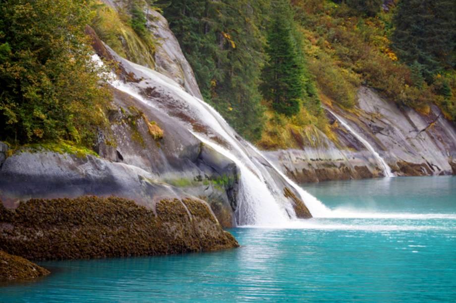 """O <strong>fiorde de Tracy Arm</strong>, próximo à Juneau, inclui quedas dágua, geleiras e paredes de granito. O passeio por suas águas, feito através de um navio, é realizado a partir da baía de Holkham e inclui monitores que explicam suas formações<em><a href=""""http://www.booking.com/city/us/juneau.pt-br.html?sid=5b28d827ef00573fdd3b49a282e323ef;dcid=1?aid=332455&label=viagemabril-paisagens-do-alasca"""" rel=""""Veja preços de hotéis em Juneau no Booking.com"""" target=""""_blank"""">Veja preços de hotéis em Juneau no Booking.com</a></em>"""