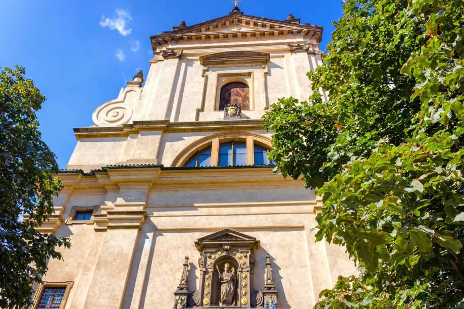 """Não é à toa que os turistas adoram se esbaldar em Praga: a capital é um atrativo para compras devido a seus preços bacanas e suas construções históricas. A Igreja de Nossa Senhora Vitoriosa, por exemplo, abriga uma das estátuas mais veneradas do mundo: a do Menino Jesus, que impressiona pela beleza e riqueza de detalhes.<a href=""""http://www.booking.com/city/cz/prague.pt-br.html?sid=efe6c9de408bb8d78e20e017e616e9f8;dcid=4?aid=332455&label=viagemabril-lesteeuropeu"""" target=""""_blank"""">Veja hotéis em Praga no Booking.com</a>"""
